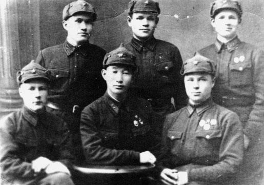 командир отделения П.Е. Матвеев с группой солдат. 1940 г. г