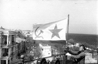 солдат с флагом Севастополь копия